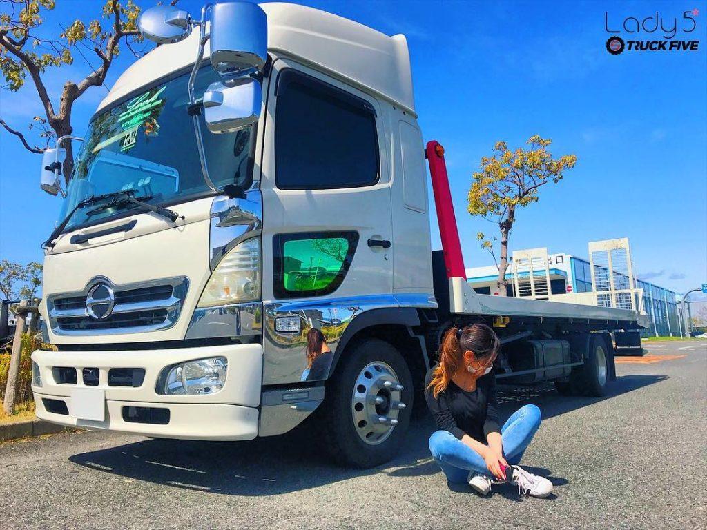 日野4トントラックと座っている女性運転手