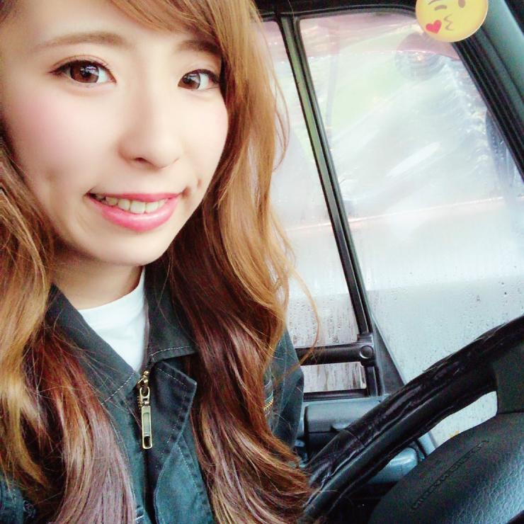 トラック内 女性ドライバー