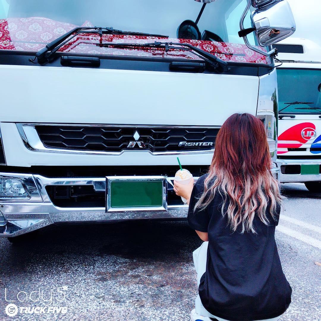 三菱ふそうファイターの前に座っている女性ドライバー