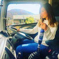 日野4トントラック車内 女性運転手